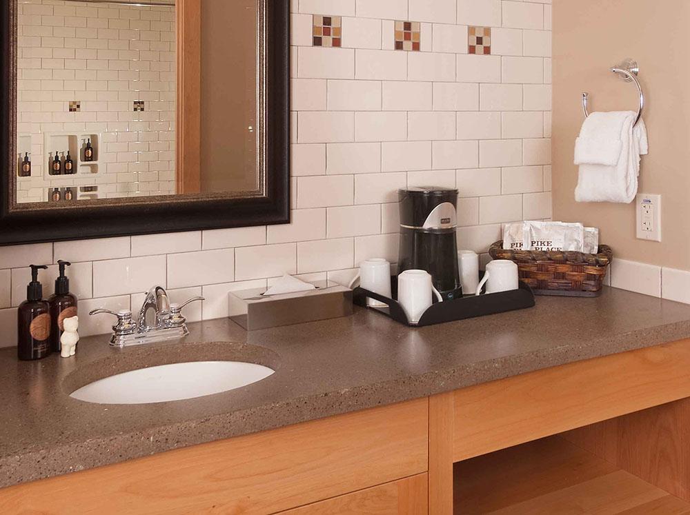 Hotel sink with coffee service with ceramic washable mugs.